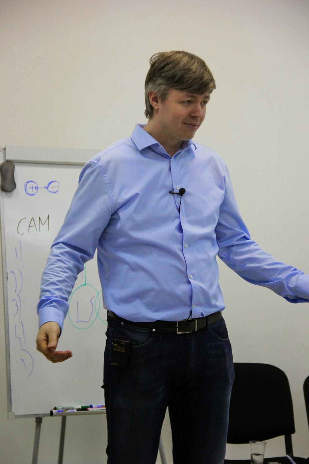 Слава Перунов ведёт тренинг-семинар