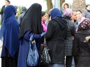 ... telah mendzhalimi seorang Muslimah Tunisia yang enggan melepas jilbab