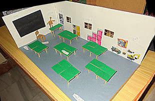 haciendo maqueta con mesas para salon de clases