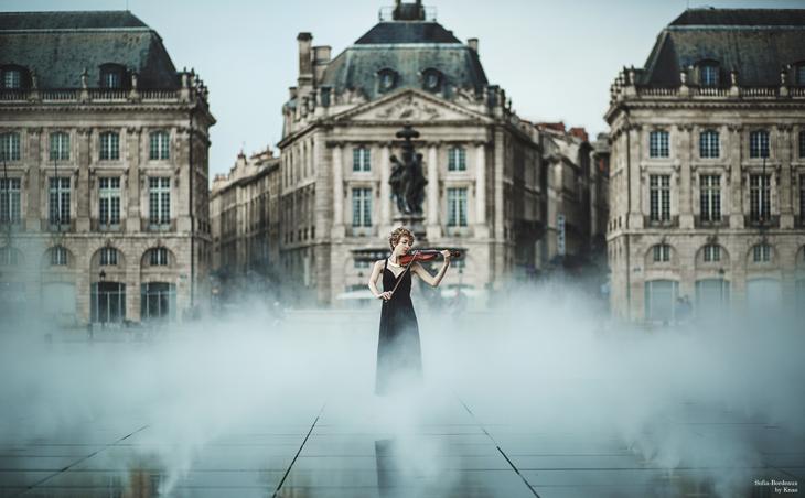 photo Bordeaux, joueuse de violon sur le miroir d'eau
