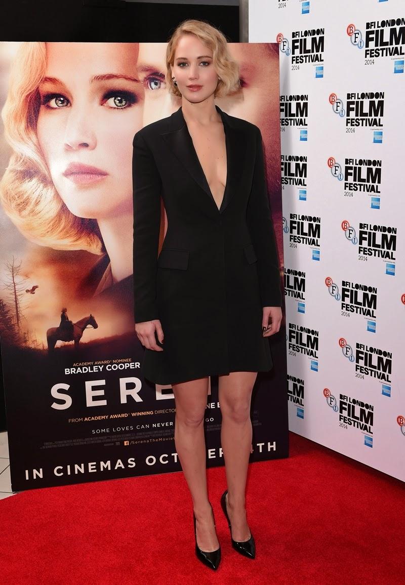 No tapete vermelho do evento a atriz exibiu um vestidinho preto