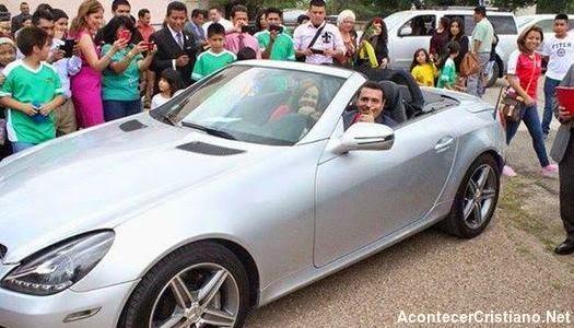 Iglesia regala un auto al pastor Rodolfo Font