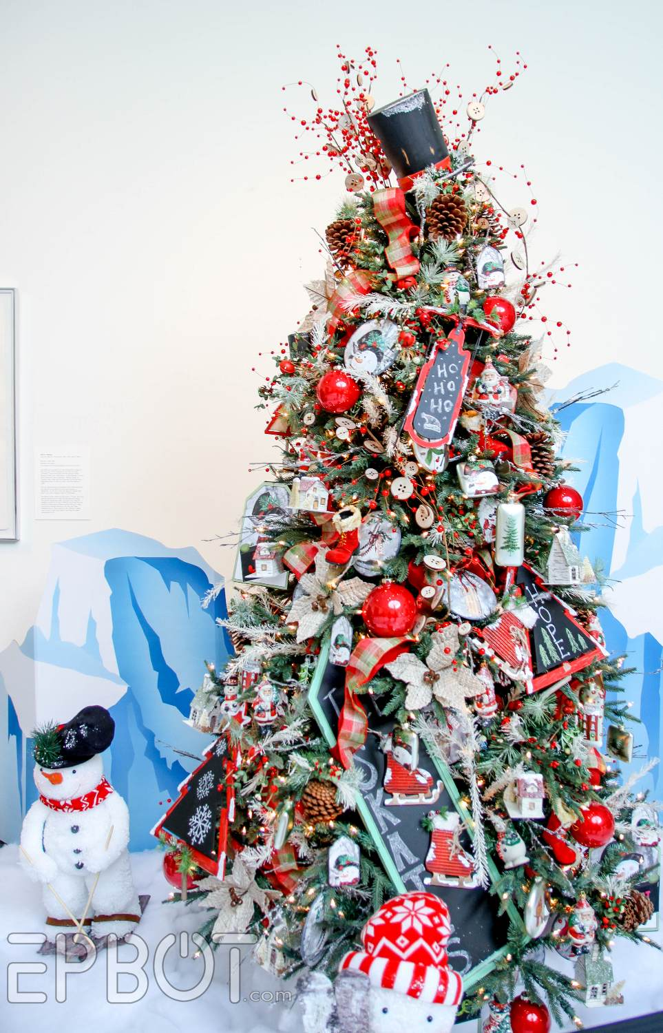 im always most interested in tree toppers and this year top hats were pretty popular i like the extra berry sprigs around this one keeps it from looking - Best Christmas Tree Toppers