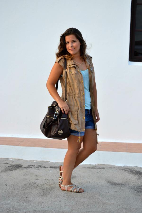look_outfit_chaleco_safari_stradivarius_sandalias_primark_collar_cadena_dorado_valentina_complementos_nudelolablog_01