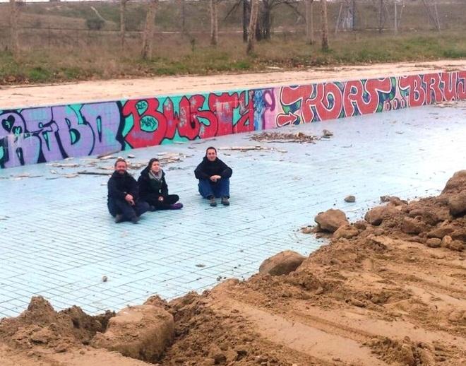 Sentada de concejales de leganemos en la piscina de for Piscina solagua leganes