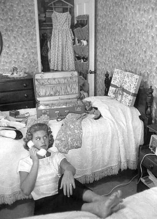 Bobbins and bombshells mid week inspiration 1950 39 s bedroom for 1950 bedroom ideas