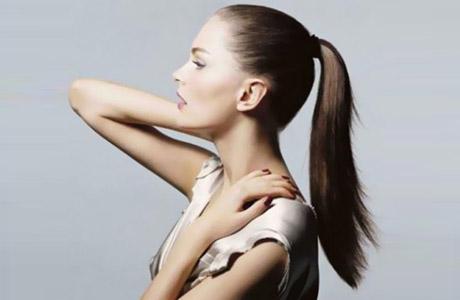 Contoh cara menguncir rambut ekor kuda agar rambut anggun menawan
