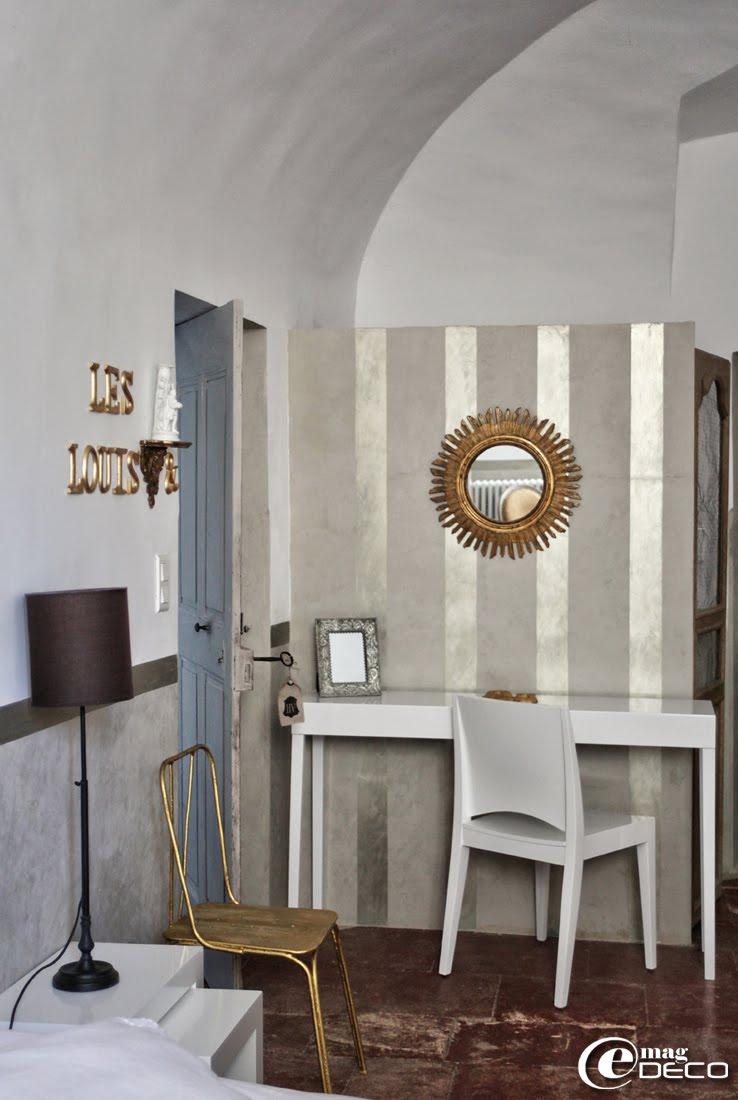 Console, chaise et tables basses gigognes Fly, maison d'hôtes 'Les Nomades Baroques' à Barjac