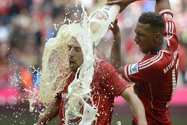 Защитник «Баварии» Жером Боатенг выливает пиво на голову полузащитника Франка Рибери