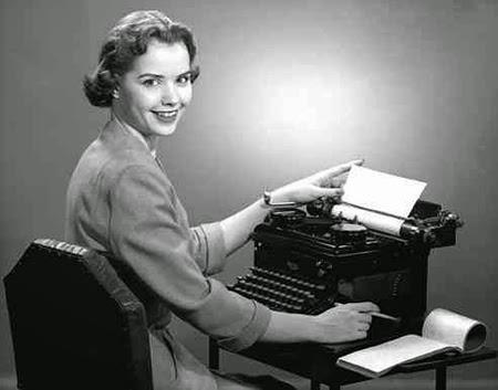 Une femme souriante avec un dactylographe.