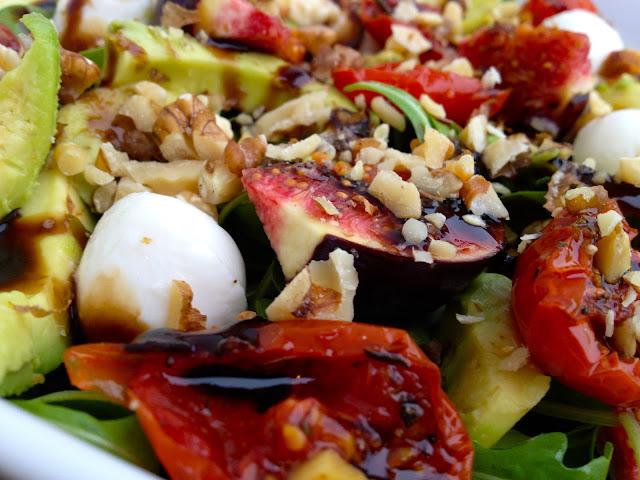 Yndlingssalater: Lækker salat med figner, semidried tomater og mozzerella - Mit livs kogebog