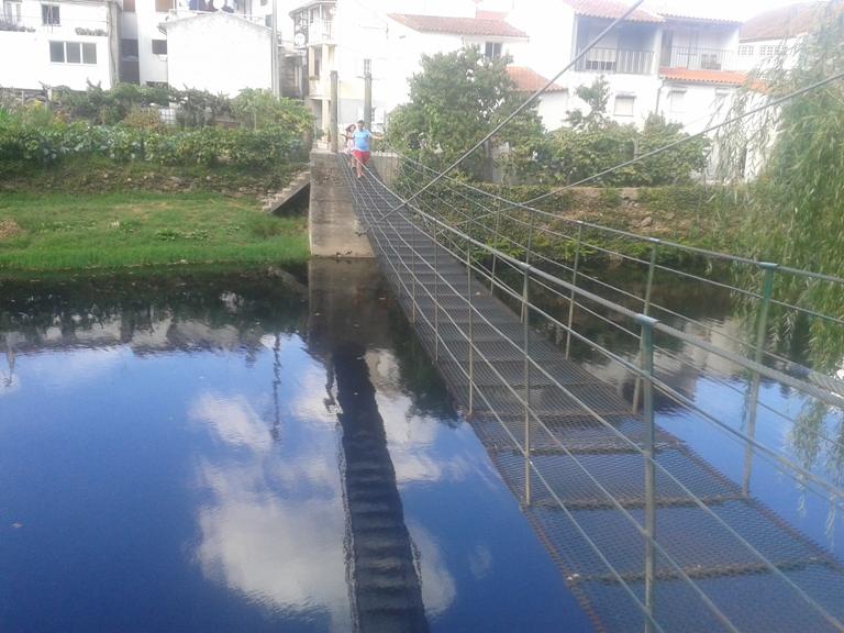 Ponte Pedonal Suspensa de ferro sobre o Rio Alva
