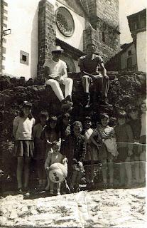 Turistas en la cuesta de la Romana en Candelario Salamanca años 60