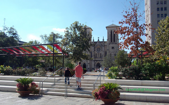 San Antonio is the center of tourism Texas. The city has a population of 1.5 million and each year their number increased. Сан Антонио является центром туризма Техаса.  Город насчитывает более 1500 миллионов населения и с каждым годом его численность увеличивается.  The main growth of the population have at the expense of South America and Mexico, which is two hours away by car from the city of San Antonio. I'm always here confused with Mexican and tried to speak Spanish. Spanish in Texas is the second state. Although U.S. law, there is no main official language. But behind the scenes all know that in the United States speak English. Основной прирост населения приходится за счет Южной Америки и Мексики, которая находится в двух часах езды на машине от города Сан Антонио. Меня постоянно здесь путали с мексиканкой и пытались разговаривать на Испанском языке.  Испанский язык в Техасе считается вторым государственным. Хотя по законам США здесь нет основного государственного языка. Но негласно все знают, что в США говорят на английском.