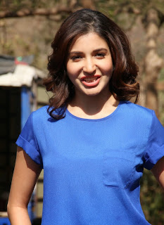 Anushka Sharma Virat Kohli Girlfriend in Blue T Shirt Lovely Beauty on Sets of Savdaan India