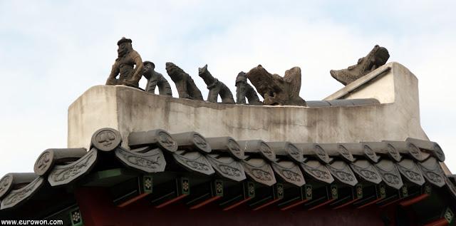 Figuritas protectoras en tejado coreano