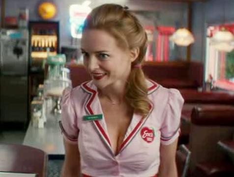 La camarera del Eve's, Veronica (Heather Graham), en la película Cuernos - Cine de Escritor