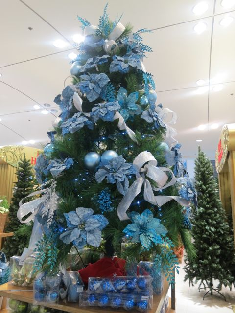 In Pinay's footsteps: CHRISTMAS TREES IN SM MOA AND NORTHEDSA 2012
