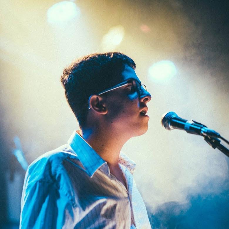 """בן קיזל בהופעה של להקת """"שאלות"""", יוני 2016"""