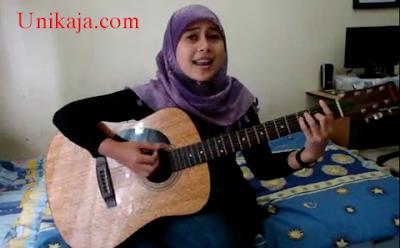 Foto Ayu Videlia Main Gitar