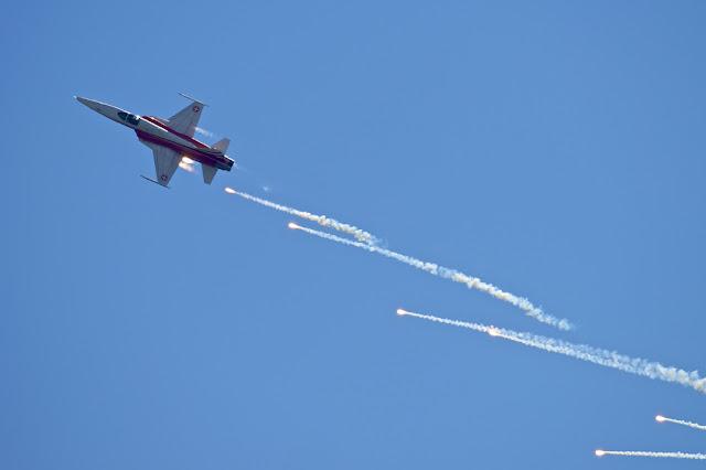 Patrouille Suisse f-5 flares