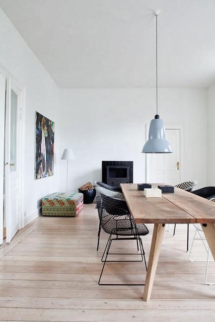 Czarne druciane krzesła i skandynawski design