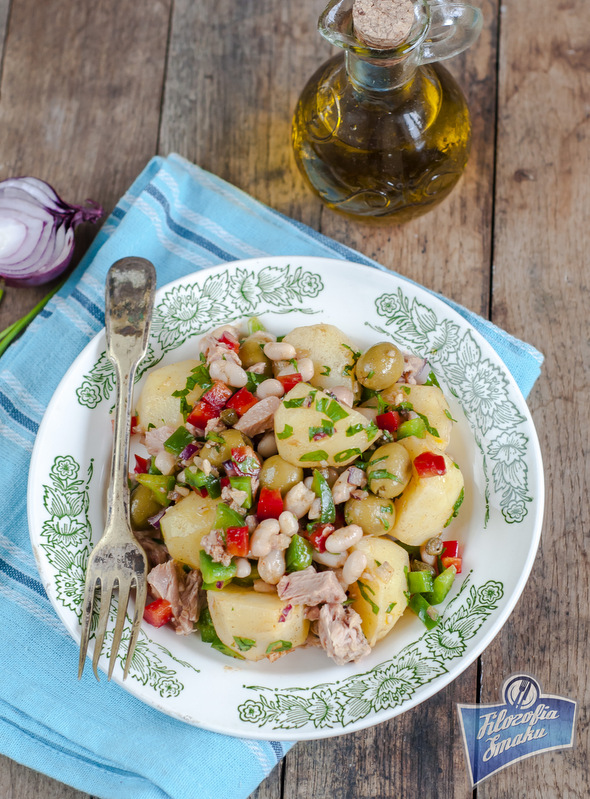 Hiszpańska sałatka ziemniaczana z tuńczykiem i fasolą
