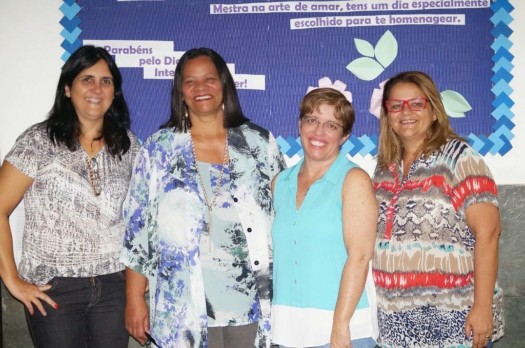 Ana Paula Coutinho, coordenadora municipal da EJA, com a equipe gestora do Beatriz Silva