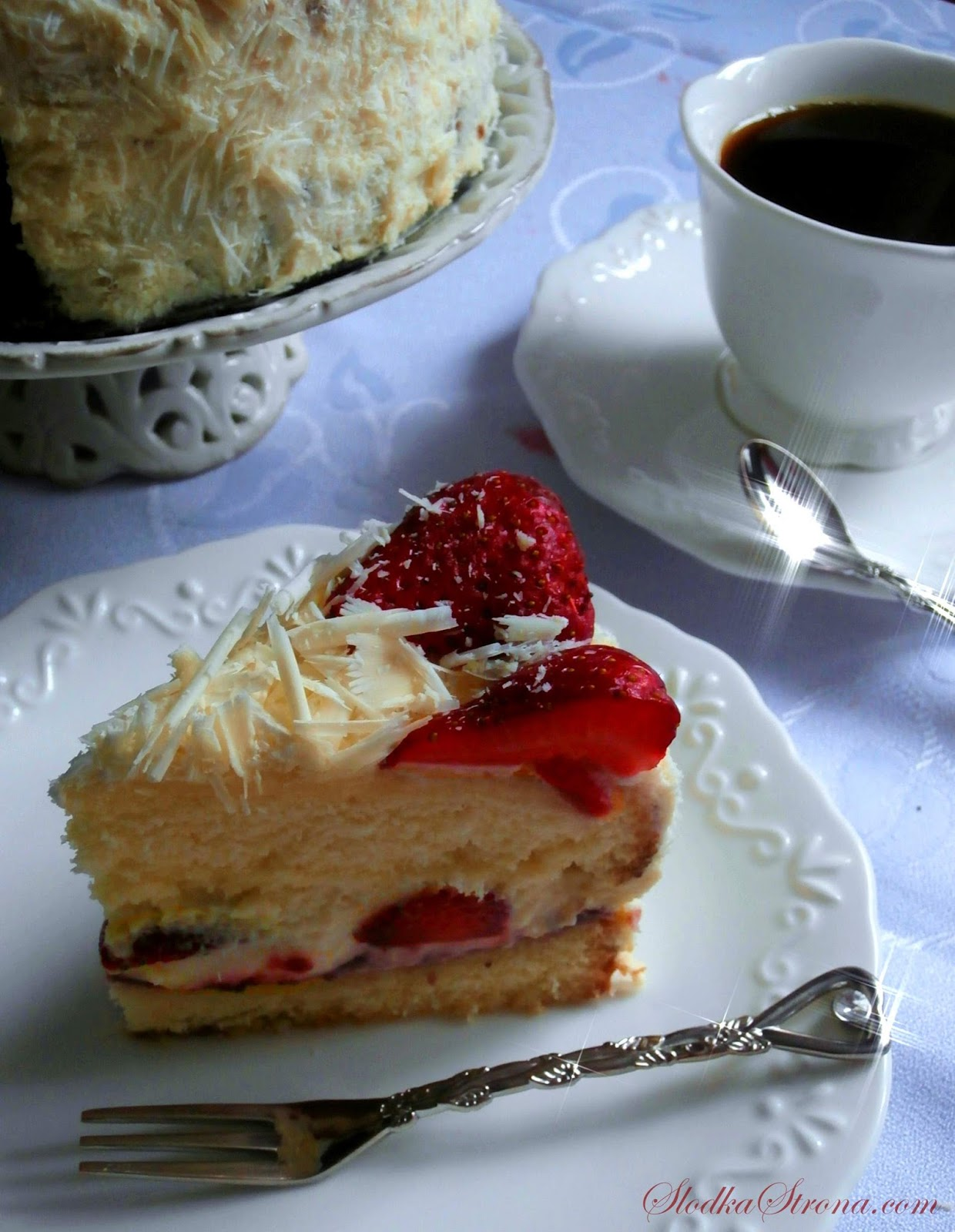Lekki Tort z Truskawkami i Białą Czekoladą - Przepis - Słodka Strona