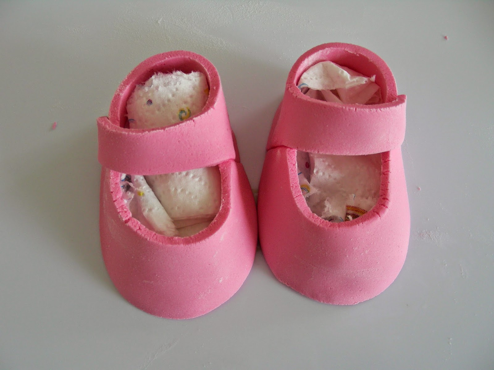 comment r aliser des chaussons en p te sucre pour d corer le g teau d 39 anniversaire ou de. Black Bedroom Furniture Sets. Home Design Ideas