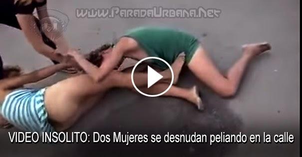 PELEAS CALLEJERAS: Dos mujeres se desnudan peleando en la calle