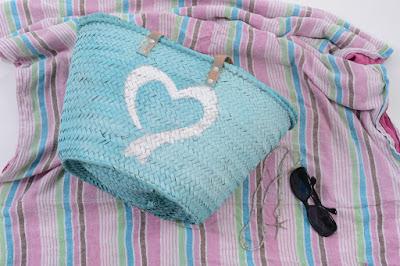 Cesto color azul pintado a mano con chalkpaint corazón
