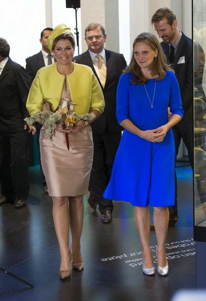 Hier, la reine Maxima a assisté à l'inauguration du musée Micropia, à Amsterdam. C'est le premier musée au monde sur les micro - organismes.