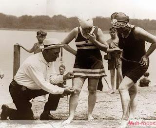 mulheres sendo inspecionadas na praia