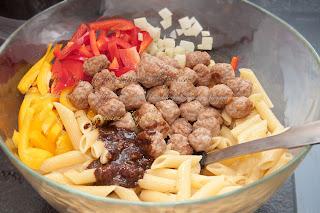 Салат с макаронными изделиями и мясными шариками