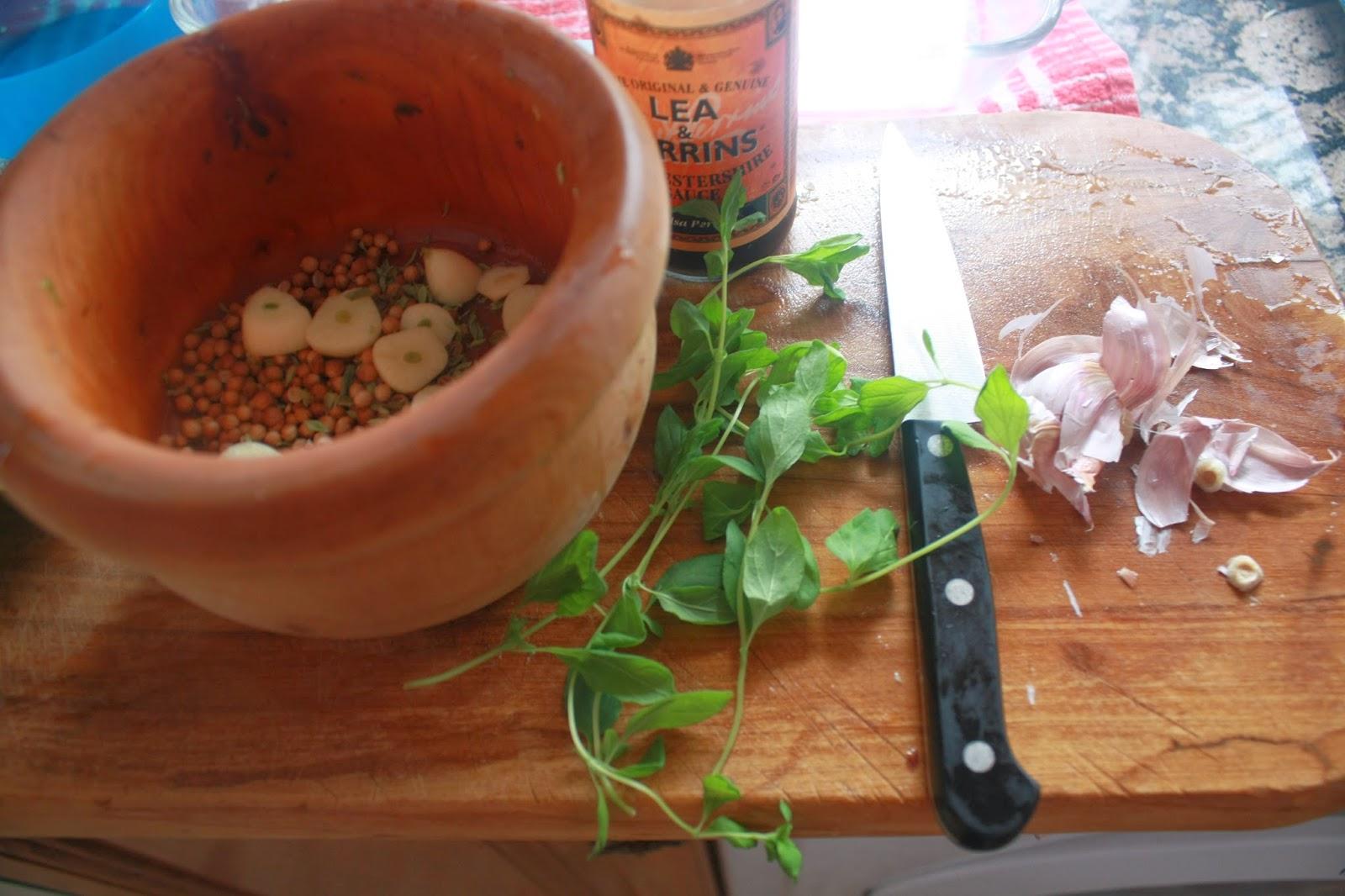 primero el majao del mortero semillas de cilantro ajo en lminas perejil picado un chorrito de salsa perrins y aceite se machaca y mezcla todo hasta