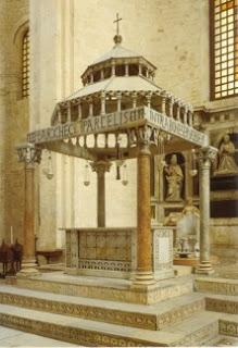 Ciborio elemento oggi chiamto in una chiesa anche con il termine di tabernacolo, formato da un baldacchino in pietra o marmo per custodire le ostie cosacrate