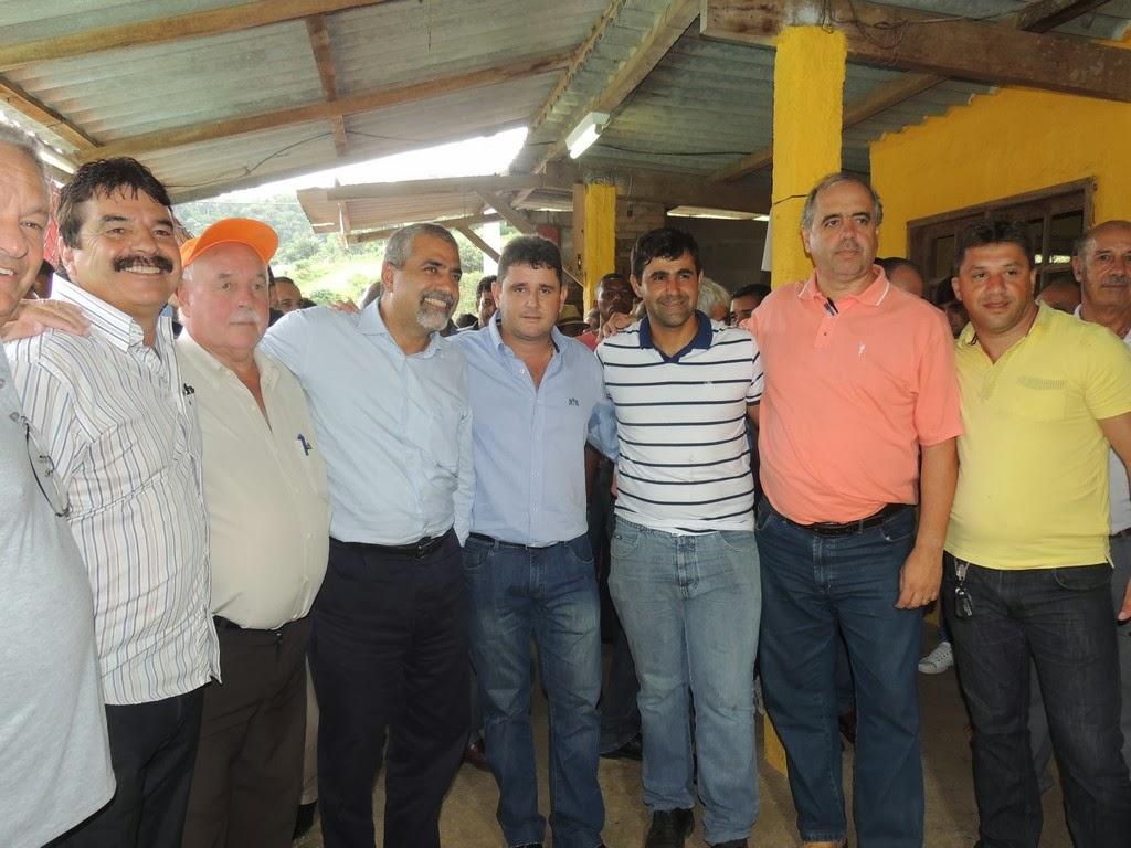 Arlei e Christino Áureo com lideranças políticas da região comemoram o anúncio de melhorias em reunião com moradores em Água Quente