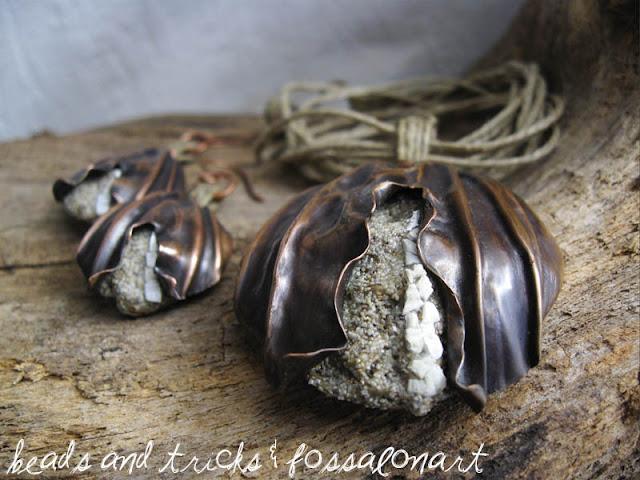 Ciondolo e orecchini in rame, corda, sabbia e frammenti di conchiglia