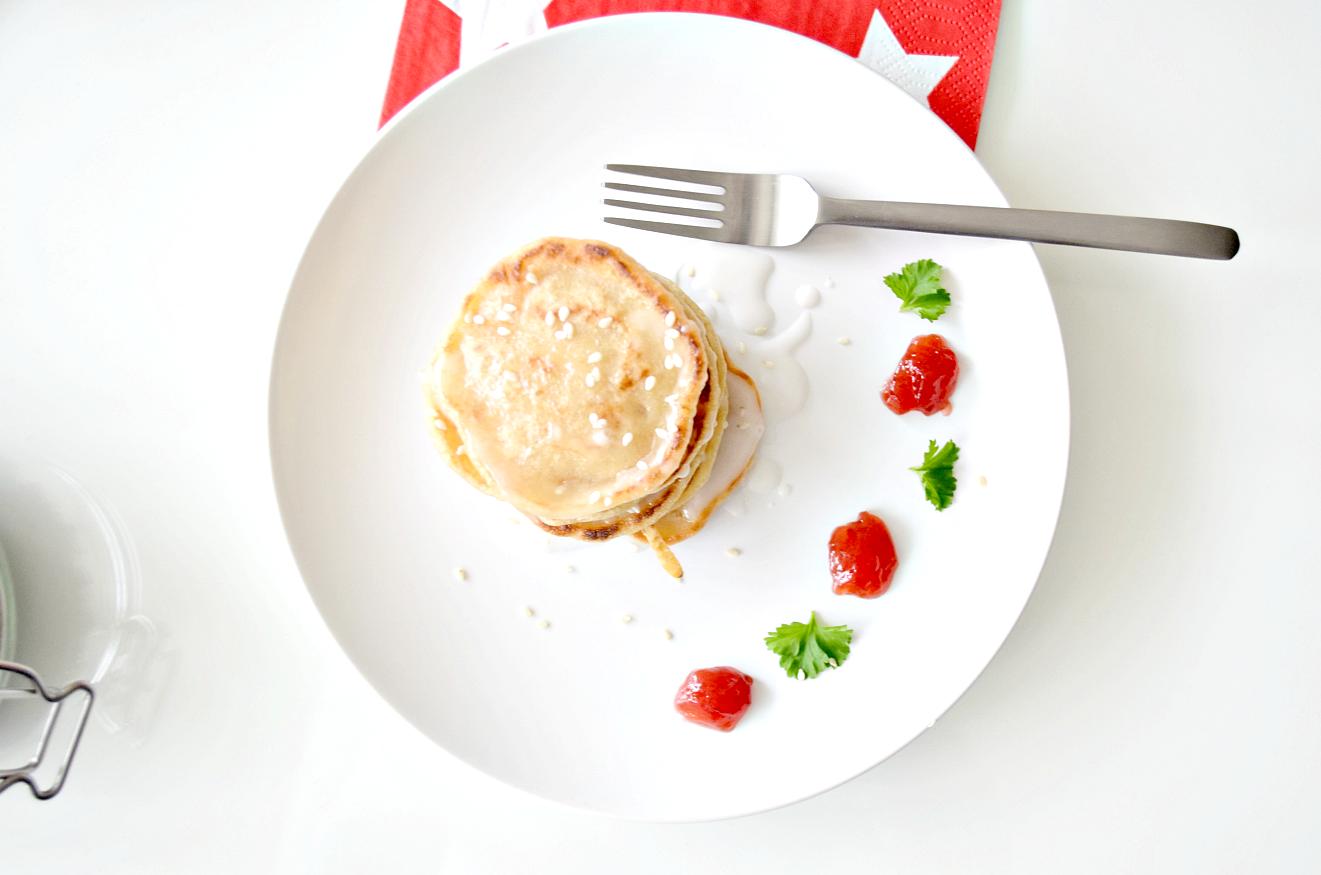 Pannenkoeken met rozijnen en sesamzaad.