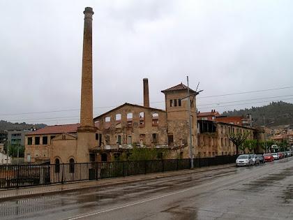 L'antiga Fàbrica Vella des del Pont Nou o de la Concòrdia