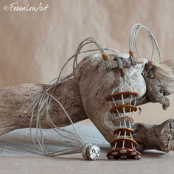 Collana in corda, legno, sabbia e frammenti di conchiglie