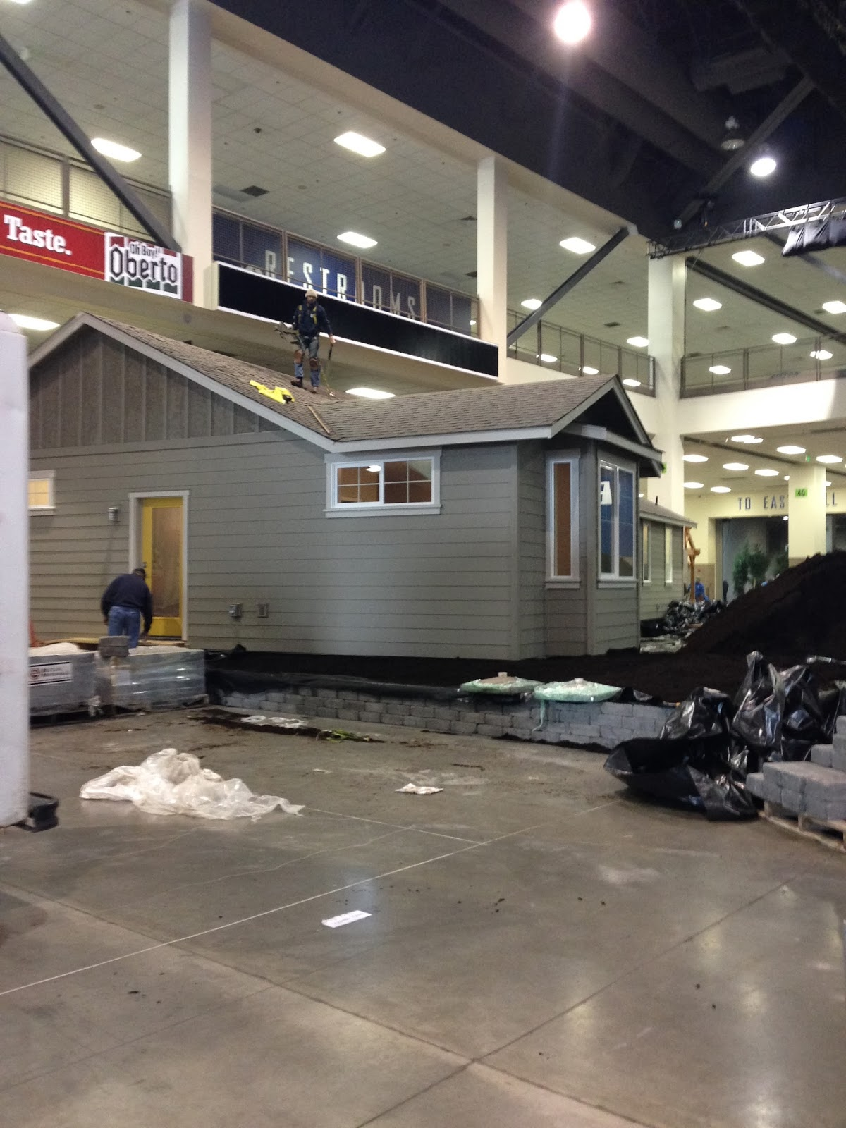 seattle home show : exhibitors display seahawks fever as