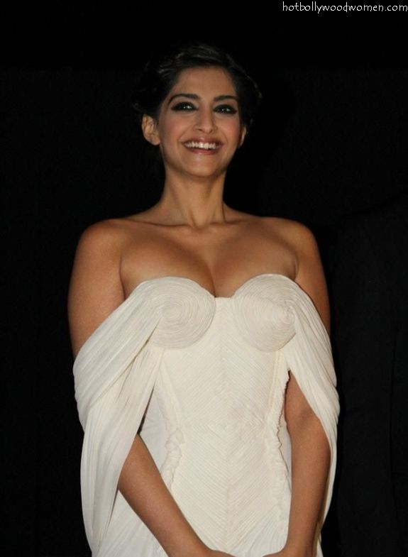Sonam Kapoor boobs, No Bra, Sexy PicsHot Bollywood Women