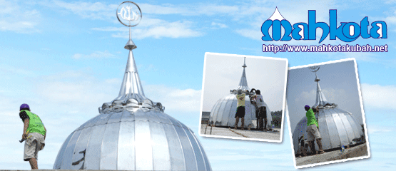 Pemasangan kubah di lokasi masjid