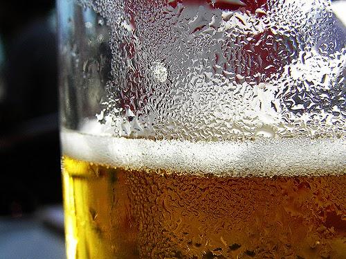 Enfriar una cerveza rápidamente.