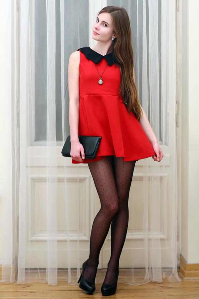 Czerwona sukienka z czarnym ko nierzem i rajstopy w kropki ari maj