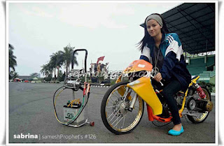 Poto Sabrina Sameh naik motor Drag Keren