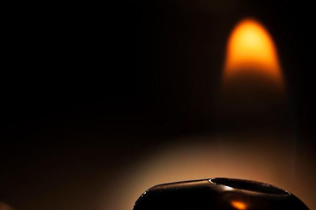 fotografía macro de una llama de mechero