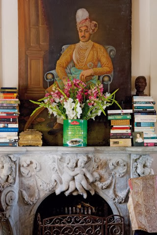 Pomysł na oryginalną dekorację kominka - kwiaty w puszce